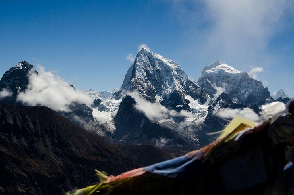 Gebetsfahnen wehen im Wind im Himalaya-Gebirge in Nepal