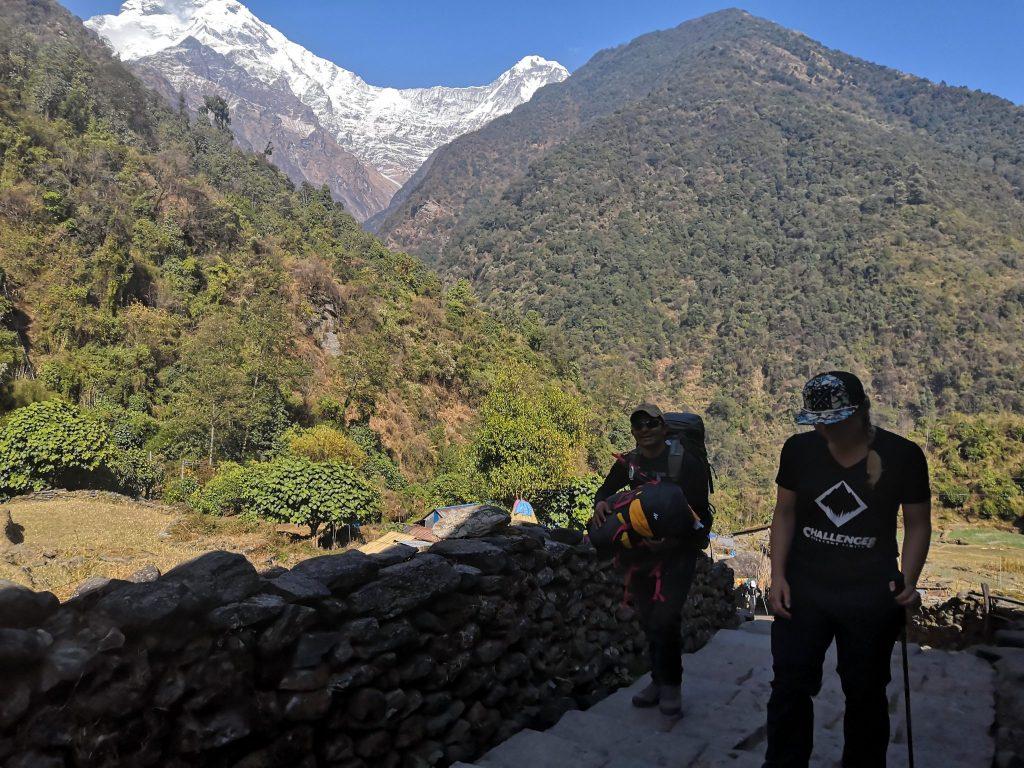 Nepal Trekking Träger auf dem Weg zum EBC