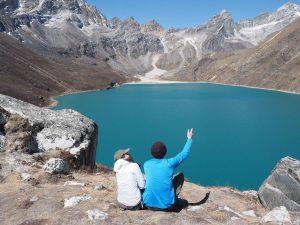 Sitzende Wanderer vor dem Gokyo Lake, Nepal