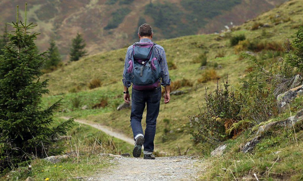 Mann wandert durch die Berge