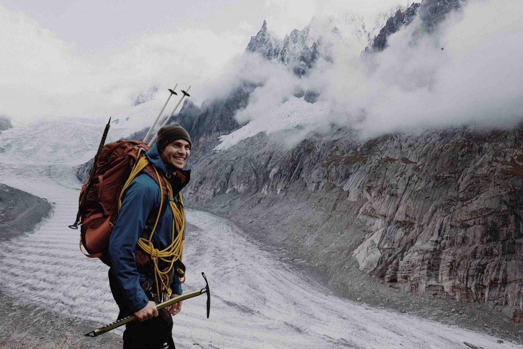 Bergsteiger vor dem Aufstieg zum Gipfel mit Eispickel