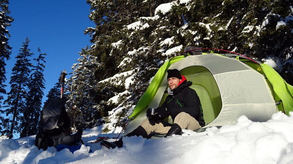 Nicolas Scheidtweiler mit Kaffee im Zelt auf den Geierköpfen